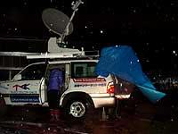 暴風雨の中、衛星インターネット中継車での撮影準備