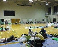 台風14号で、父島の島民体育館に避難
